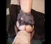 Une fille fait une branlette avec le pieds