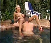Briana Banks si diverte in piscina