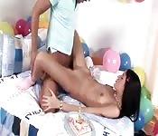 Mädchen verschenkt besten Sex zum Geburtstag