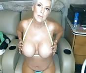 Grand-mère exhibe ses seins