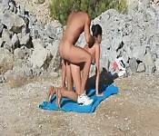 Un couple chaud baise à la plage