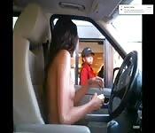 Sie fährt nackt zum Drive-In