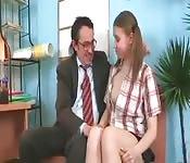 Oude man verleidt tiener op kantoor
