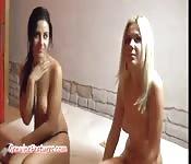 Zwei Girls stellen bei einem Casting ihre Muschis zur Schau