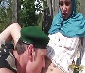 Un militare francese scopa una ragazza araba