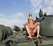 Baisée sur un tank