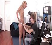 Een onschuldige meid beetnemen om te neuken