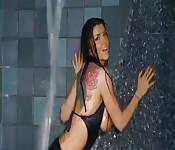 Romi Rain, sexy et mouillée