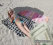Fucking bikini babe on sunny beach