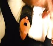 Gorda sumisa con ojos vendados