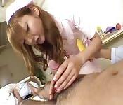 Japanische Krankenschwester kümmert sich um einen kleinen Schwanz