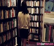 Escena lésbica en biblioteca