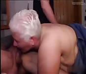 Gangbang amateur con una abuela
