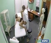 Napalony doktor rucha pacjentkę z mokrą cipką