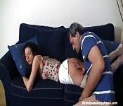 Lei si addormenta  lui se la scopa