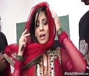 Arabische meid doet drie zwarte pikken