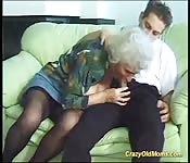 Rondborstige moeder deepthroat sex