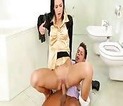 Fodendo com uma garota patricinha no banheiro