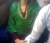 Mujer india disfruta caricias en su coño