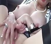 Cycata mamuśka masturbuje się