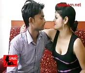 Indisches Paar gibt sich der Verlockung hin