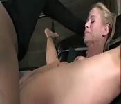 Blonde MILF squirtet überall hin