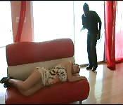 Une chaude blonde se fait baiser par un voleur.