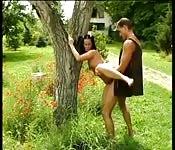 Follando con las primas en el jardín