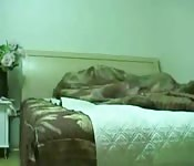 Sexo amateur duro sobre una cama en un dormitorio