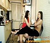 Zwei Lesben masturbieren in Küche