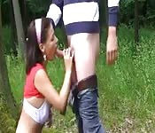 Sie geht runter und bläst seinen Schwanz wo er will