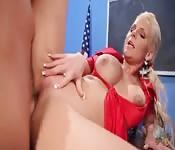 Une prof blonde à de gros siens se fait baiser