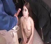 Adolescente travessa se come um pau