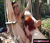 Streberhafte Lesben machen im Wald rum