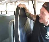 Baiser dans le bus scolaire