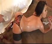 Une asiatique mouillée et chaude