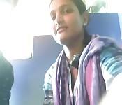 Novinha indiana mostra os peitos no trem
