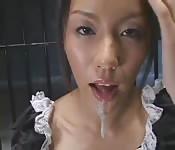 Japanisches Dienstmädchen schluckt sein Sperma