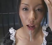 Empregada japonesa engole toda a porra