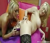 Deux lesbiennes se donnent du plaisir l'une à l'autre.