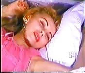 Une beauté Vintage sur son lit