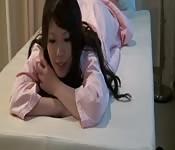 Una asiatica si mette comoda per un massaggio ed orgasma