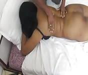 Una donna abbondante fa un massaggio sensuale
