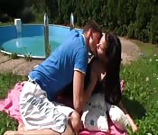 Una giovane coppia a bordo piscina