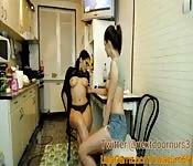 Versaute Mädchen werden in Küche noch frecher