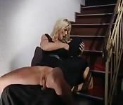 Dieb wird auf der Treppe gefickt