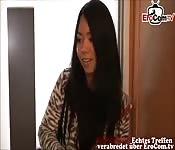 junge asiatische studentin geht freund fremd
