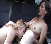 Sex im Auto mit Lesben bis zum Orgasmus