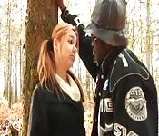 Jovenzinha fodendo com um negro no bosque