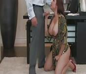 Sekretärin kniet sich vor ihren Boss